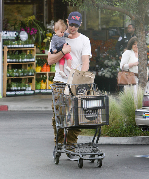 Actor+Chris+Hemsworth+takes+adorable+daughter+nhoPb7Z3oSOl