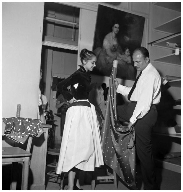 Pierre Balmain (1914-1982), couturier français et Paulette Caillaud, mannequin française. Paris, 29 août 1952.